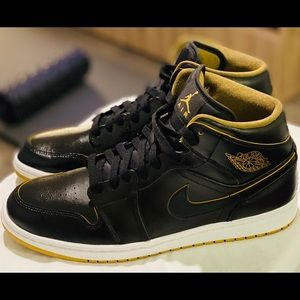 Jordan 1  Retro Mid Black Metallic Gold.